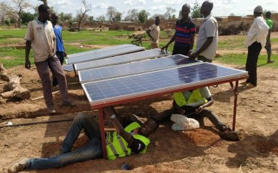 Montaje de paneles solares y bidones de agua en Tourouba (Burkina Faso)